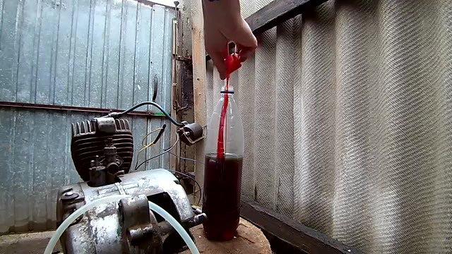 Добавляю масло с самодельный бензин